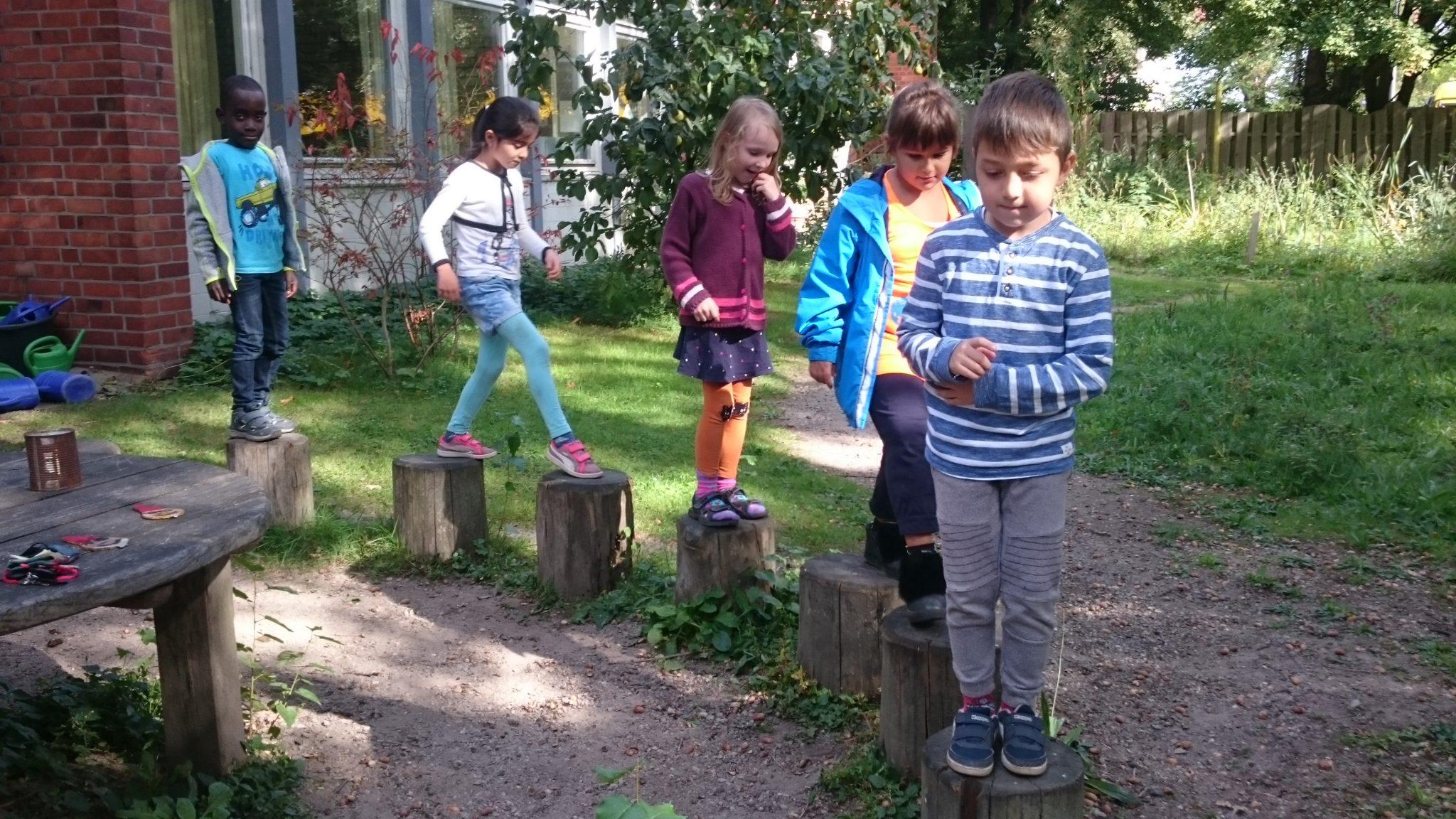 Die 1a erkundet den Schulgarten